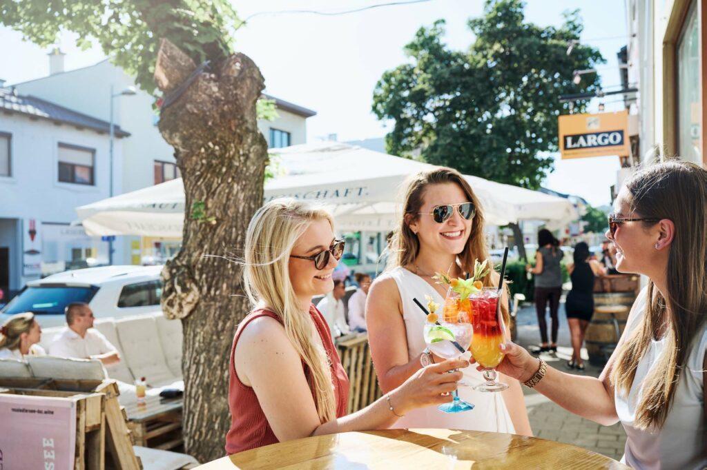 Der gemütliche Gastgarten der Largo Bar ist im Sommer ein beliebter Treffpunkt am Neusiedler See