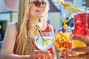 Erfrischende Drink genießen im Gastgarten der Largo Bar am Neusiedler See