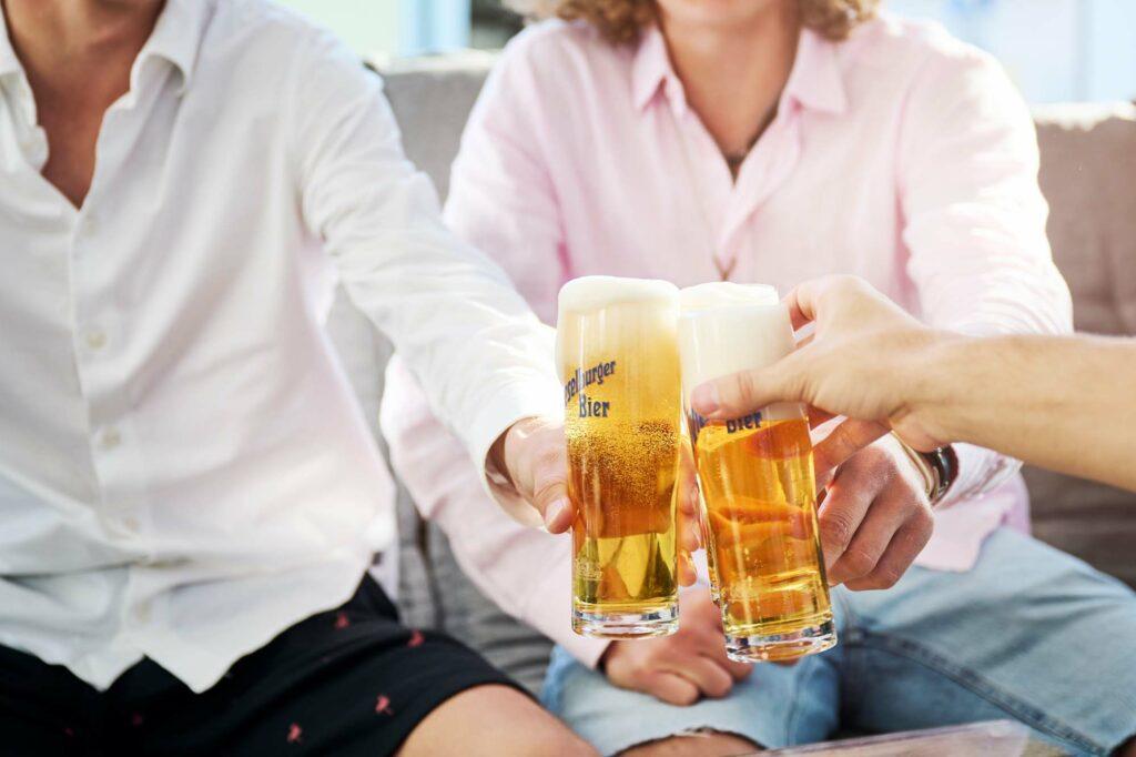 Ein kühles Bier trinken im gemütlichen Gastgarten der Largo Bar in Neusiedl am See