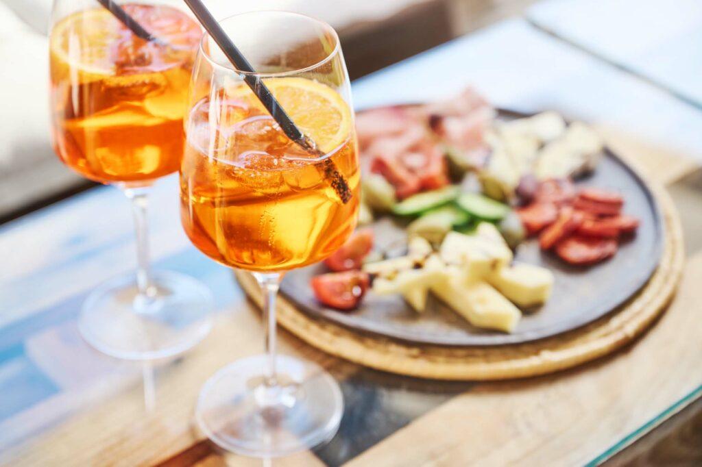 Antipasti-Platte mit Aperol - Gäste lieben die Snacks in der Largo Weinbar