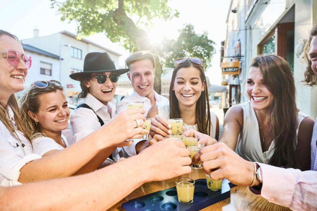 Junge Leute lieben die Largo Bar wegen der Shots genauso wie ältere Gäste wegen der guten Wein-Auswahl